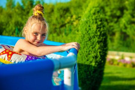 夏は家族でプールで遊ぶ